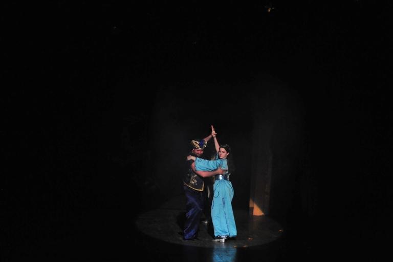 """Джин перстня и принцесса в спектакле """"Источник жизни"""""""
