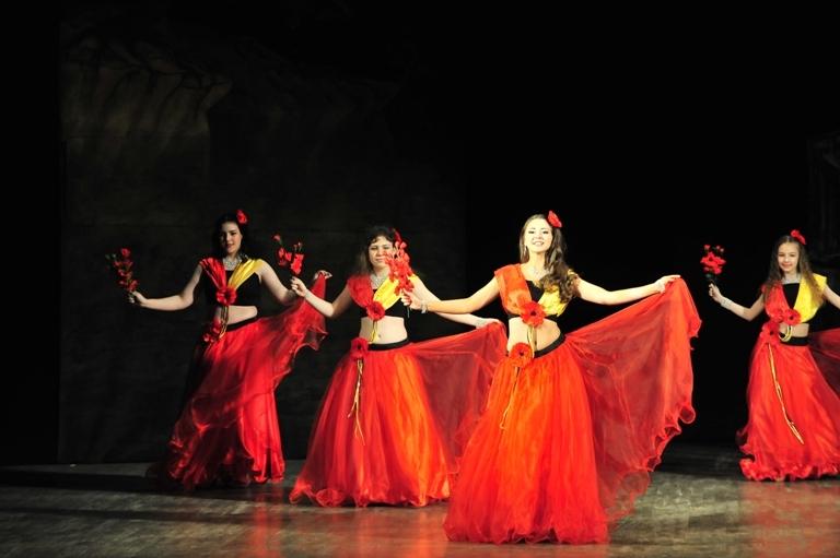 """Танец с цветами в спектакле """"Источник жизни"""""""