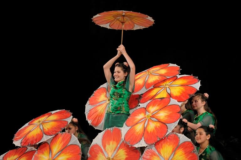 Китайский танец с зонтиками