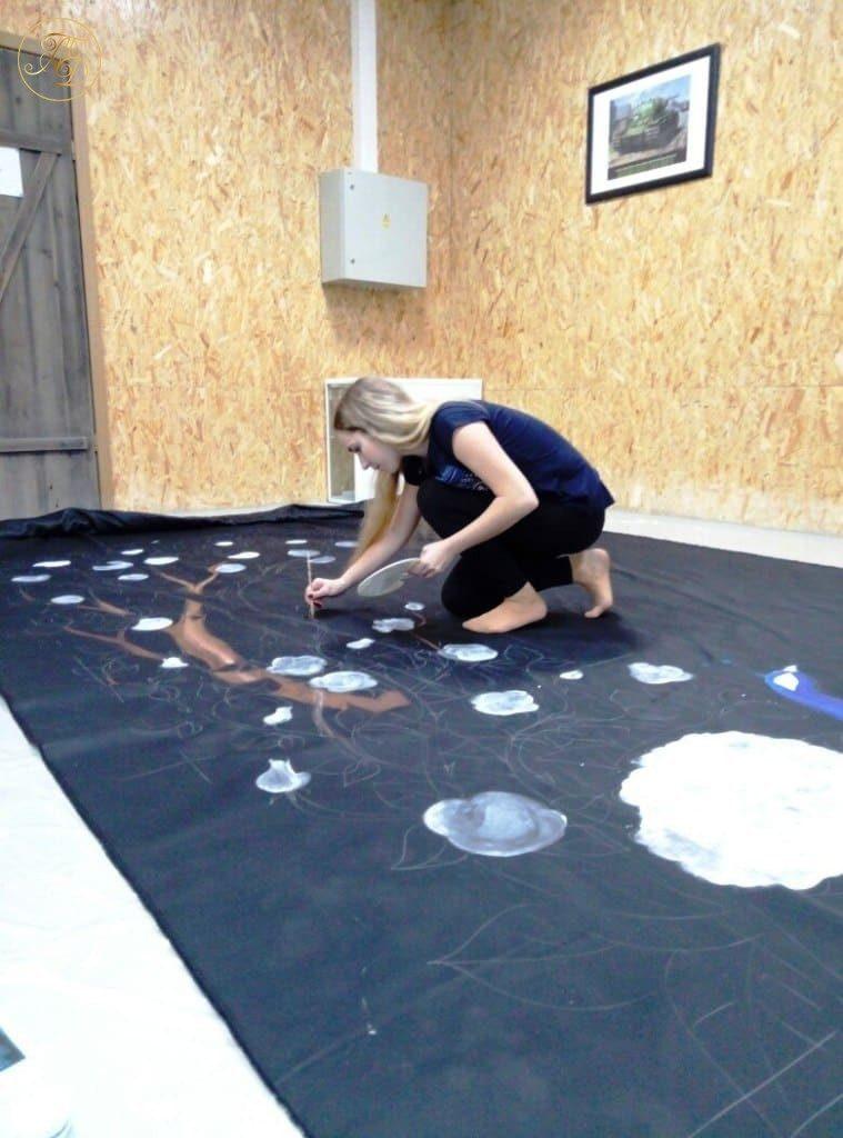 Анастасия Хорошилова рисует декорации к спектаклю Аурика