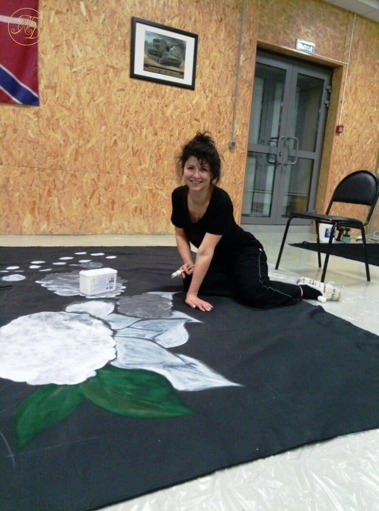 Алла Максимова рисует декорации к спектаклю Аурика