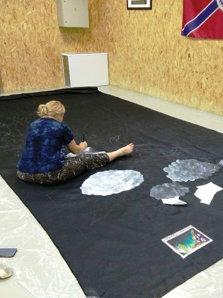 Главный художник Наталья Бунина рисует декорации к спектаклю Аурика