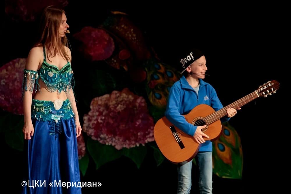 """Хранительница фонтана и мальчик, случайно попавший в сказку. Юбилейный концерт-сказка """"Феерия красоты""""."""